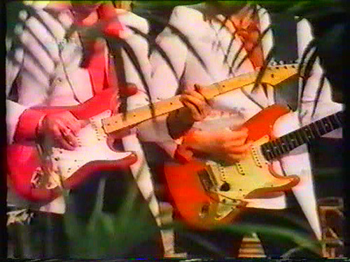 There are hardly any pictures that show both of Knopfler's Strats together. Left the 80470 and right the 68354.